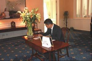 外交部副部长赴英国驻华使馆吊唁撒切尔夫人逝世