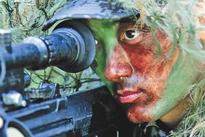 解放军狙击手射活羊练胆 靶内藏番茄酱模拟爆头