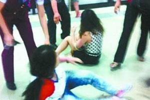 八新闻:武汉地铁4女子争位互殴3站路