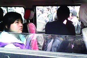网曝贵州13岁女孩水泼乡领导被铐走