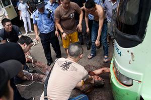 八新闻:疯狂醉男拳砸玻璃 钻车底寻死