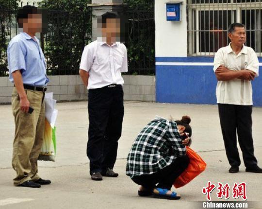 """揭露江苏:一考生""""临阵脱逃"""" 妈妈在考场外抱头痛哭"""