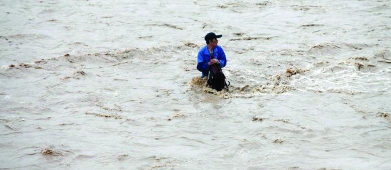 记者讲述渭河泄洪冲走男子组图拍摄过程
