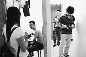 80平方米房屋挤进20名租客 广州群租房的廉与危