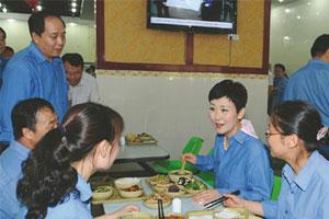 坏新闻:李小琳调研下属电厂 剩饭菜打包带走