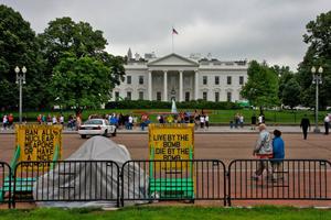 女子在白宫前搭帐篷反战32年 12日被警方拆除