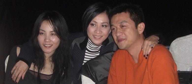菲鹏离婚后:李亚鹏摘婚戒唱K王菲静修