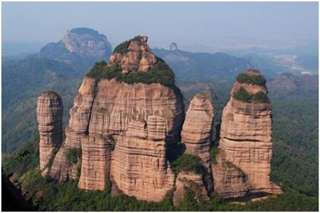 丹霞山位于湘,赣,粤三省交界处的仁化县境内,距韶关市45公里,是国家