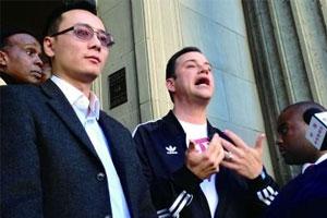 辱华节目主持人向抗议民众道歉 穿汉字服装两次鞠躬