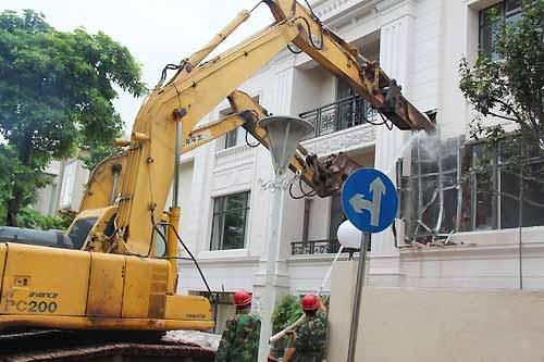 """屋主楼顶加盖""""楼外楼""""称是花园 被勒令拆除"""