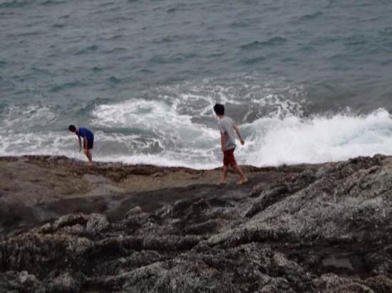 中国大学生普吉岛拍照被巨浪卷走身亡(组图)