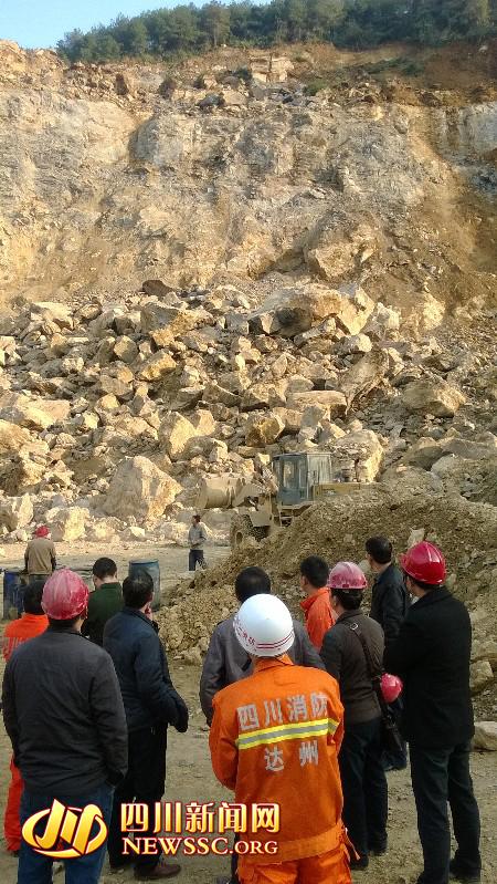 四川达州发生大面积山体滑坡 一人被滚石掩埋
