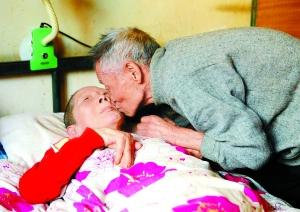 82岁大爷照顾植物人老伴13年 怕其生褥疮制偏方
