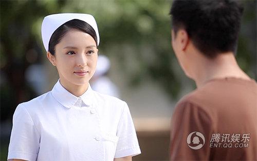 《慢慢地陪着你走》董璇造型养眼塑最美女护士