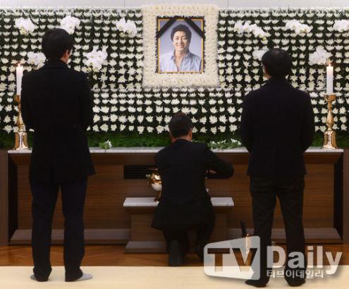 韩歌手金智勋自杀 债务缠身患忧郁症(图)