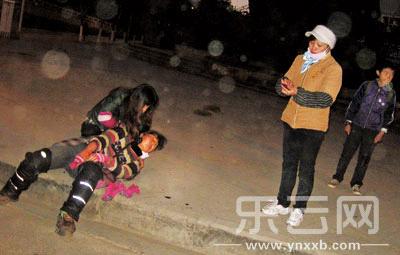 昆明:女小贩遭人用双节棍打断手 疑为同行报复