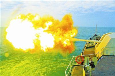 南海舰队某基地组织护卫舰编队进行实弹射击训练