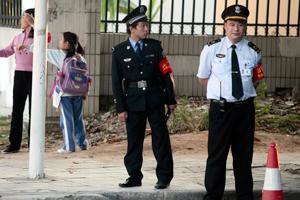 18岁学警收的哥百元被拘