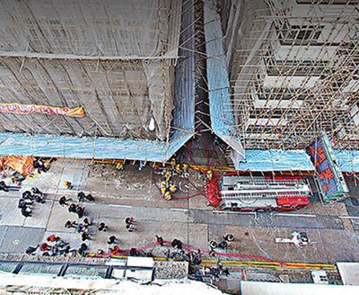香港一大厦发生火灾 多名外籍旅客破窗爬墙逃生(图)