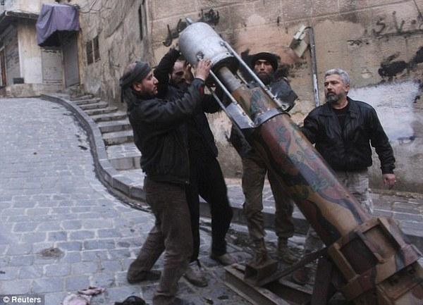 叙反对派自制武器:排水管、煤气罐、超大弹弓(图)