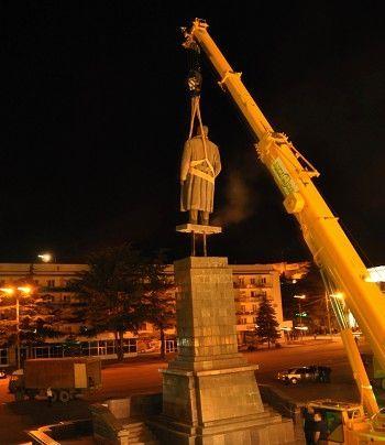 格鲁吉亚政府拆除斯大林雕像 称属非法竖立