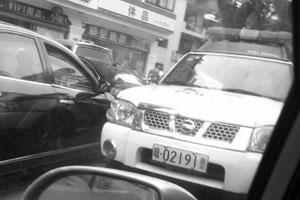 三亚一警车闹市区猛鸣喇叭且逆行 回应:警笛坏了