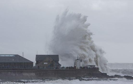 英国海边掀起滔天巨浪 一男子被强风刮飞