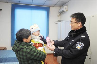 在逃爸爸被临时羁押 民警当起1岁半娃的奶爸奶妈