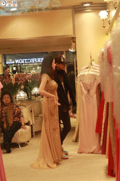38岁陈晓东带26岁女友试婚纱 承认奉子成婚
