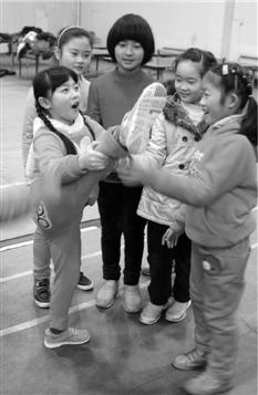 """杭州中小学校开学 家长感慨""""又要天天早起了"""""""