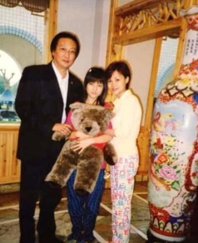 郭美美晒与父母合影 被批PS痕迹明显