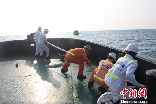 南海救助局24小时救获14渔民(图)