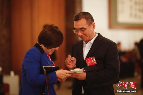 林毅夫为政协委员签名(图)