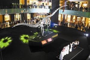 """巨型恐龙骨骼化石""""入住""""迪拜购物中心"""