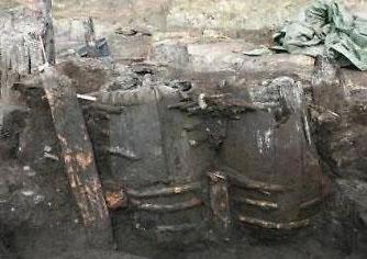 丹麦发现700年前厕所 内部排泄物依稀可见
