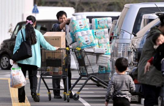 日本消费税4月1日上调 民众利用周末抢购囤货