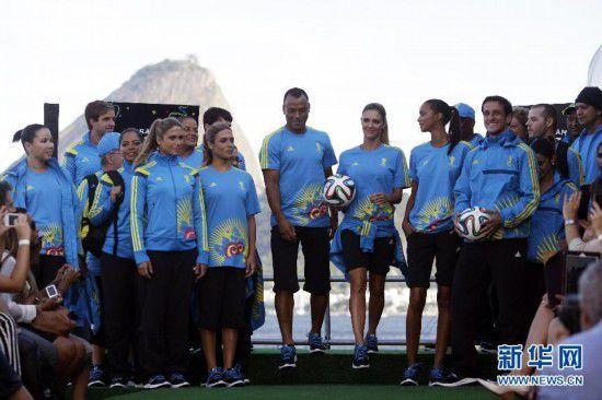 巴西运动员与模特展示世界杯志愿者服饰