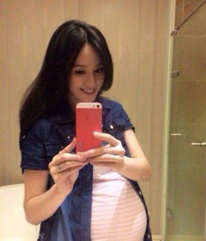 曾恺玹自曝怀女儿 幸福晒8个月大肚
