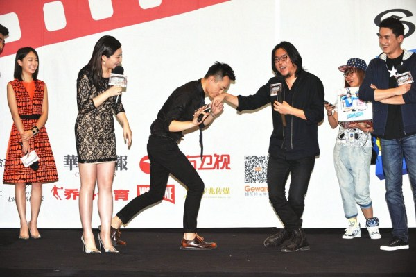 《同桌的妳》首映 高晓松遭制片人半跪吻手