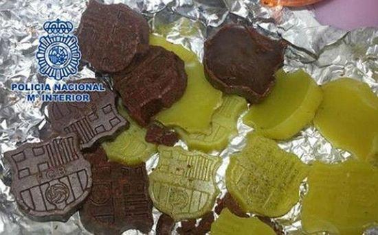 西班牙毒贩挖空心思 巴萨队徽巧克力藏大麻(图)