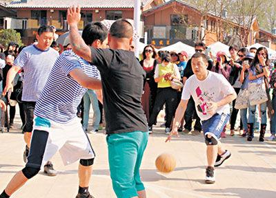李亚鹏丽江打篮球 称要将商业和艺术利益最大化