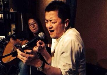 组图:李亚鹏丽江酒吧唱歌 看手机提词表情专注