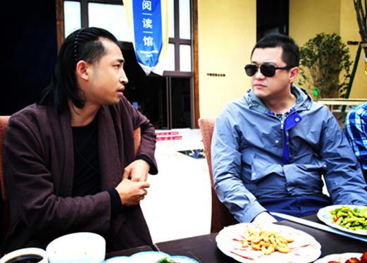 李亚鹏与导演颜振豪热聊微电影 与胡军参观书屋