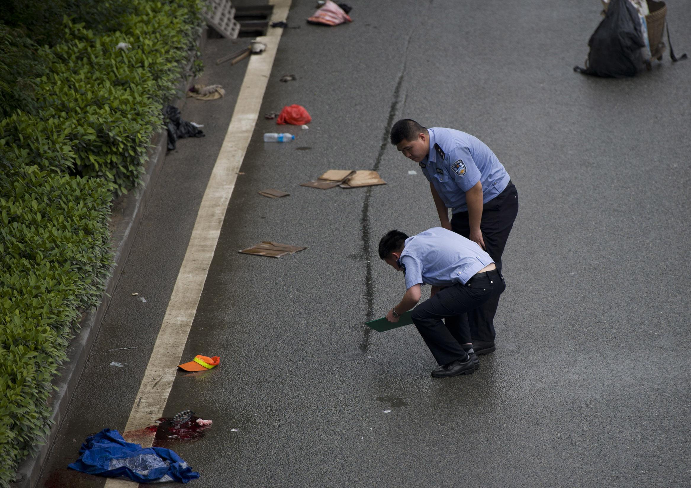 一环卫工捡垃圾被撞身亡 司机乱扔垃圾惹的祸