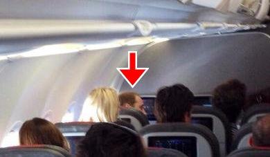 威廉王子搭经济舱回伦敦 与乘客热聊