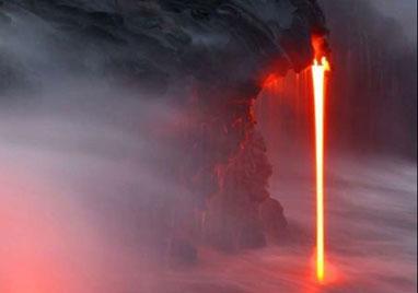 摄影师冒死拍摄夏威夷岩浆入海景象