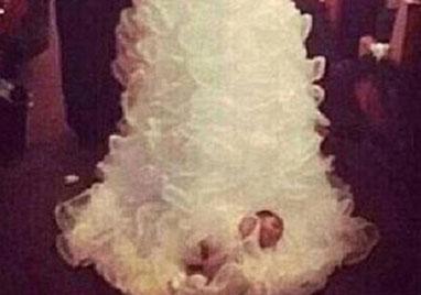 美母亲将满月婴儿绑婚纱裙摆参加婚礼