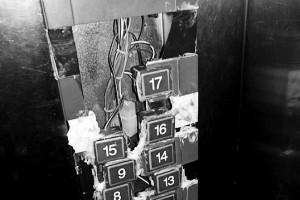 小区电梯按键破烂不堪 物业用胶水黏合