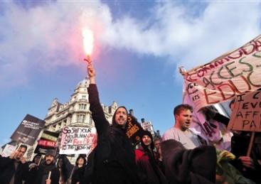伦敦学生抗议教育收费引骚乱 警方与之发生冲突