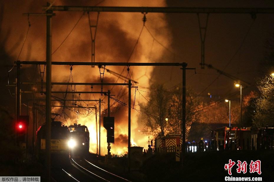 美国一化学品列车脱轨起火